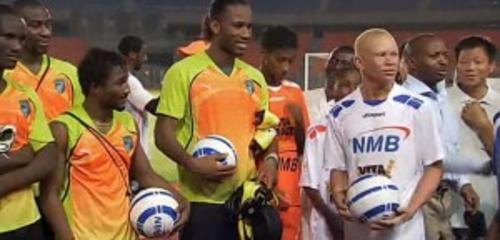 Didier Drogba, referente del fútbol en África, convivió y jugó un partido con el equipo Albinos United. (Foto: www.tikitaka.ro)
