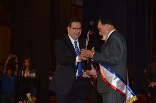 Luis Grijalva recibe la vara edilicia de manos de su antecesor. Grijalva espera servir con transparencia y dedicación al pueblo que lo eligió. (Foto: José Cancinos/Nuestro Diario)