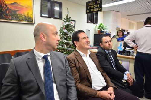 Gustavo Alejos espera para rendir su primera declaración en el juzgado Sexto de Primera Instancia Penal. (Foto: Jesús Alfonso/Soy502)
