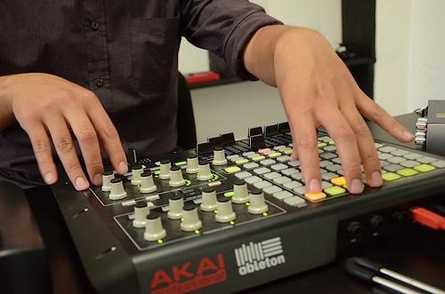 Los Djs expresan su arte a través de las mezclas y composición de nuevos sonidos electrónicos. (Foto: Selene Mejía/Soy502)