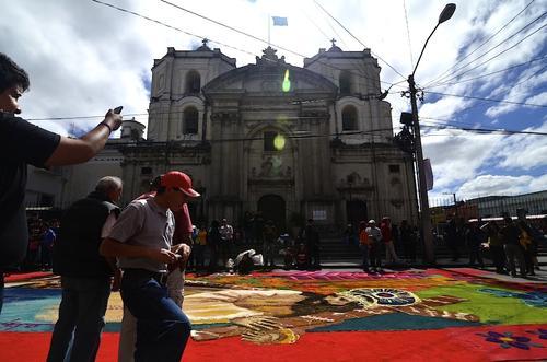 Guatemaltecos admiraron la impresionante obra de arte hecha alfombra para recibir la Procesión de la Reseña. (Foto: Selene Mejía/Soy502)