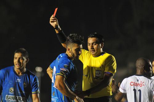 En su debut con la camisa de Cobán, Cristian Noriega vio la tarjeta roja. El exzaguero de Municipal es el nuevo refuerzo de los Príncipes Azules. (Foto: Byron de La Cruz/Nuestro Diario)