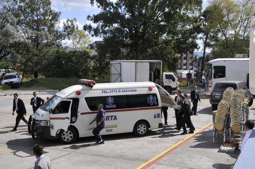 La Vicepresidenta Roxana Baldetti fue trasladada en una ambulancia al Centro Médico. (Foto: Esteban Biba)