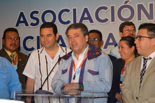 Edwin Escobar junto al presidente Jimmy Morales durante una actividad de la ANAM. (Foto: Camila Chicas/Soy502)