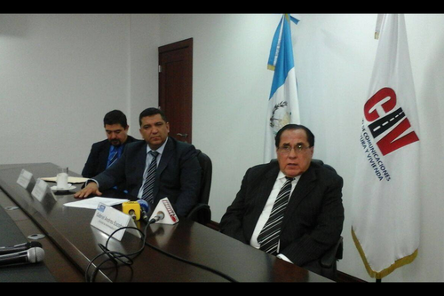 Gabriel Andreu Escobar (primero a la derecha) asumió el cargo de director de aeronáutica en julio de 2015. (Foto Archivo/Soy502)