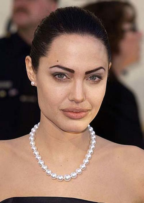 Angelina Jolie es una mujer hermosa pero un error como éste en el maquillaje de las cejas la vuelve casi irreconocible. (Foto: trendenciasbelleza.com)