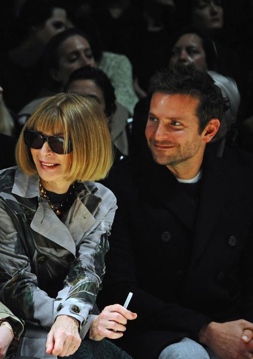 El actor estadounidense Bradley Cooper acompañado de Anna Wintour, para ver a su novia Suki desfilar como parte de la colección Burberry en Londres. (Foto: Trendencias)