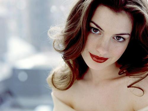 Si vas a llevar un rojo vivo en los labios, lo más recomendable es usar un maquillaje discreto en los ojos, sobre todo durante el día. Mira cómo lo resolvió de magistralmente aquí Anne Hathaway.