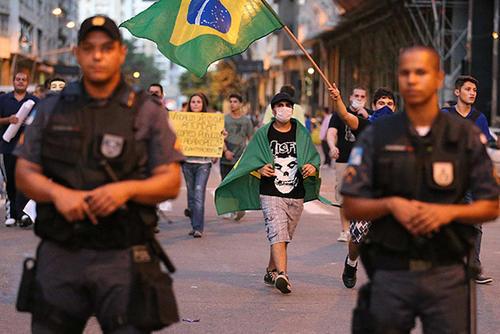 Varios grupos de protestantes en Brasil han amenazado con boicotear los partidos mundialistas, exigiendo mejoras en la calidad de vida de los ciudadanos de dicho país sudamericano. (Foto: AFP)