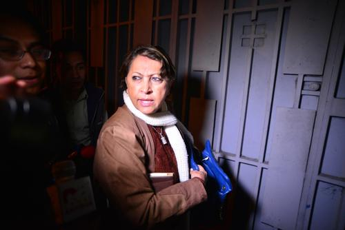 Ileana Alminilla, de la APG, llegó a las afueras de Corporación de Noticias, pero no pudo ingresar al recinto para conocer la situación de sus colegas. (Foto: Wilder López/Soy502)