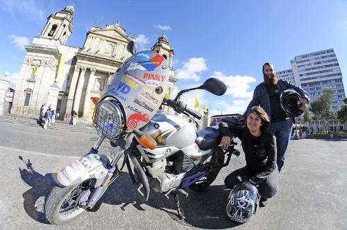 Mariela y Marcos recorren el mundo en su motocicleta y con una sonrisa en el rostro. (Foto: Esteban Biba/Soy502)