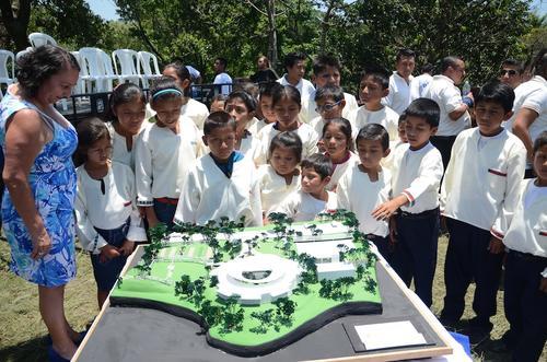 """El aula musical de la escuela rural mixta """"El Porvenir"""" admiró la maqueta del nuevo proyecto de Fundación Adentro y Pepsi. (Foto: Selene Mejía/Soy502)"""