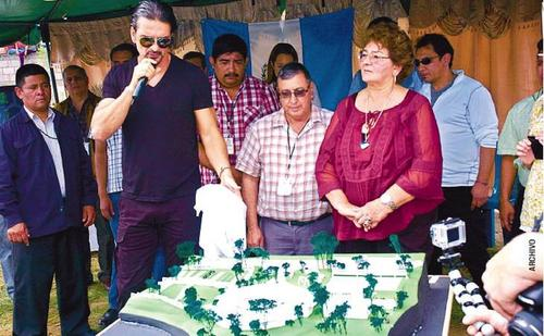Ricardo Arjona junto a su madre compartían proyectos sociales en el departamento de El Progreso.  (Foto: Nuestro Diario)
