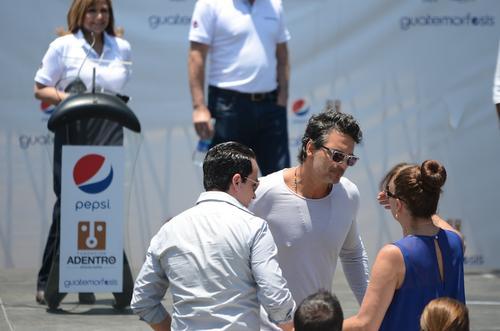El cantautor saludó a una de sus hermanas antes del inicio el evento. (Foto: Selene Mejía/Soy502)