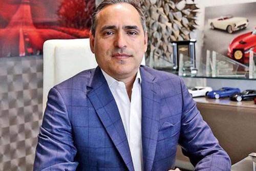 El cubano Arnaldo Bomnin es el propietario de una concesionaria de vehículos en Estados Unidos y generó polémica por los descuentos ofrecidos en su tienda. (Foto: Miami Herald)