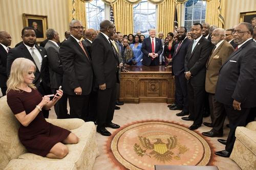 La asesora de Donald Trump fue criticada por sentarse de forma extraña. (Foto: AFP)