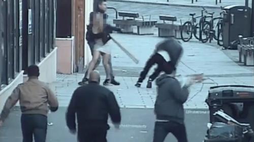 El británico golpea al ciudadano español en un aparente ataque racista. (Foto: Captura de pantalla)