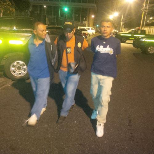 El piloto y el ayudante de un autobús de la zona 18 fueron detenidos por llevar más de 100 municiones para fusil. (Foto: PNC)