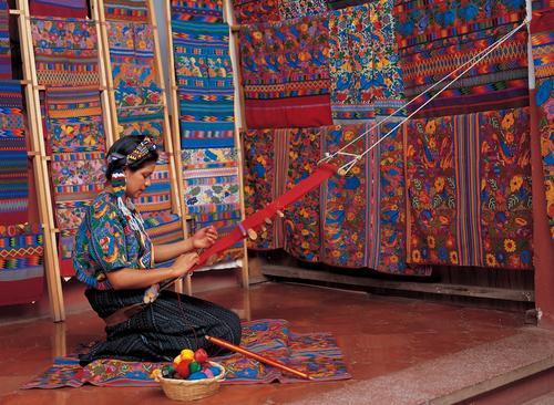 El trabajo artesanal que hacen las mujeres con sus tejidos también es destacado por esta revista internacional. (Foto: National Geographic)