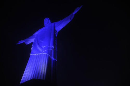 El día mundial del autismo se conmemora en muchas ciudades alrededor del mundo iluminando de azul algunos de los monumentos icónicos del lugar.