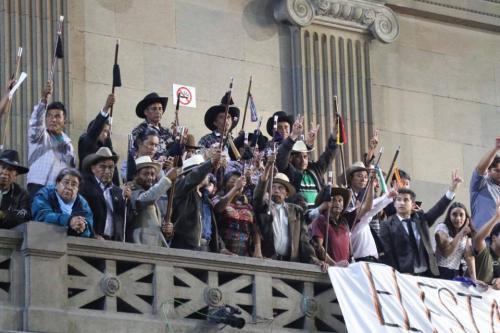 Autoridades indígenas ancestrales estuvieron presentes en el Congreso, mientras se discutían las reformas. (Foto: Alejandro Balán/Soy502)