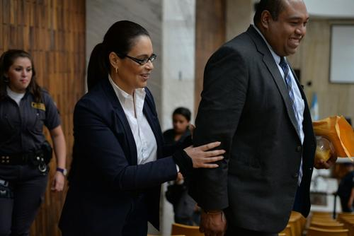 Roxana Baldetti sale de la sala de vistas de la CSJ en compañía de su abogado Benjamín Estrada.  (Foto: Wilder López/Soy502)