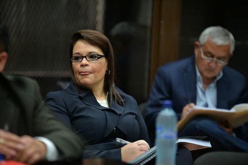Roxana Baldetti y Otto Pérez Molina realizan anotaciones en la cuarta jornada de la audiencia de etapa intermedia del caso La Línea. (Foto: Wilder López/Soy502)