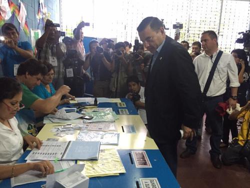 Baldizón emitió el voto a pocos minutos del cierre de los centros electorales.  (Foto: Vivi Mutz/Nuestro Diario)