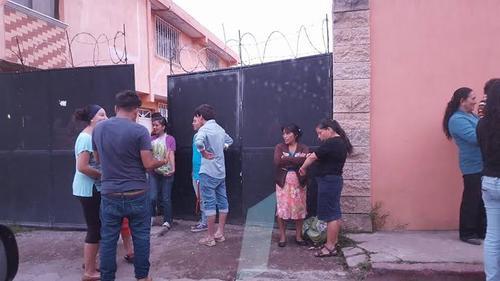 Las personas salieron de la casa aparentemente del Partido Patriota con bolsas de banano y 100 quetzales.  (Foto: Esner Navarro/Nuestro Diario)