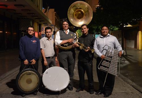 """""""La Sacra Armonía"""" es una asociación de músicos encargada de la dirección de 4 bandas que acompañan las procesiones de Semana Santa en el centro Histórico de la ciudad capital. (Foto: Selene Mejía/Soy502)"""