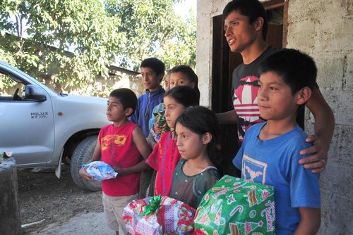 Erick Barrondo posó con varios niños en la Comunidad Navidad, para llevarse la foto del recuerdo. (Byron de la Cruz/Nuestro Diario)