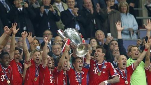 El equipo del Bayern al momento de recibir la Copa de Campeones de Europa. (Foto:Efe)