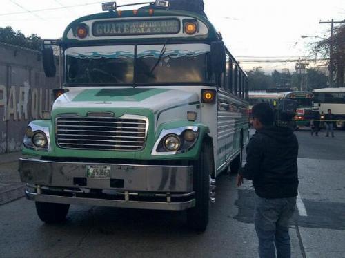 Dos hombres que se conducían en una motocicleta dispararon contra el piloto del bus con ruta a Jutiapa. Foto ND