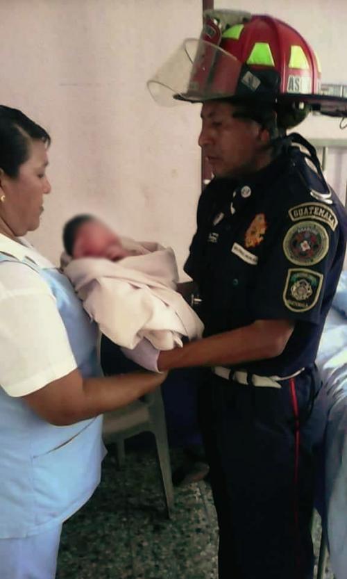 La pequeñita fue entregada por los bomberos en el Hospital Nacional de Retahuleu. (Foto: Sol Informador)