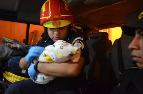 La menor fue encontrada en la 16 calle entre 11 y 12 avenidas de la zona 1 capitalina. (Foto: Bomberos Municipales)