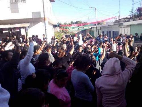 Padres de familia de la Escuela El Frutal en Villa Nueva. Foto ND