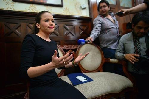 La nueva diputada fue abordada por los medios de comunicación antes de ser juramentada.  (Foto: Wilder López/Soy502)