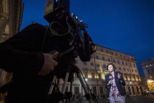 Italia vive una crisis política tras la dimisión de varios ministros a solicitud de Berlusconi.