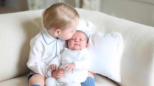 La duquesa de Cambridge tomó esta fotografía en donde el príncipe George besa a su pequeña hermana Charlotte. (Foto: Duchess of Cambridge)