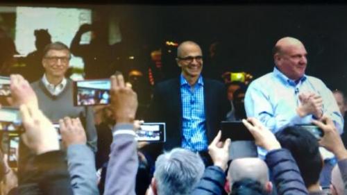 Nadella al ser presentado por Bill Gates ante los colaboradores de Microsoft como el nuevo CEO de la compañía.