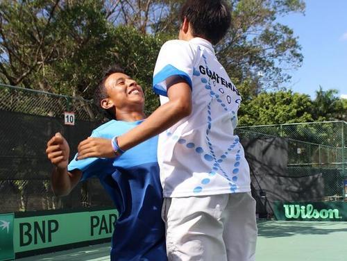 La dupla guatemalteca que decidió la serie en la final frente a Puerto Rico festeja eufórica, tras conseguir el título de la Copa Davis Junior de Centroamérica y el Caribe en República Dominicana. (Foto: Último Set)