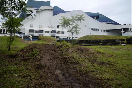 Así quedaron los jardines del teatro tras el evento de motocross. (Foto: Esteban Biba/Soy502)