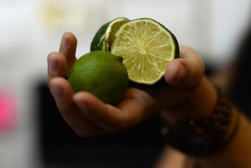 El precio del limón se duplicó durante las últimas semanas debido a una extraordinaria demanda del producto a nivel internacional, lo cual ha desabastecido el mercado local, dando pie a la premisa económica de la oferta y la demanda: cuando un producto es escaso, el precio es alto. (Foto: Esteban Biba/Soy502)