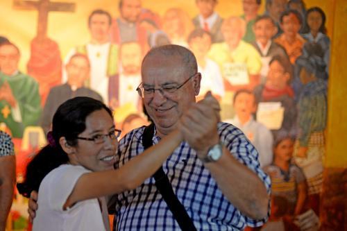 Algunos de los asistentes bailaron en el salón que se ubica en la iglesia San Sebastián donde recordaron a Gerardi. (Foto:Esteban Biba/Soy502)