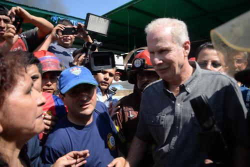 El alcalde capitalino Alvaro Arzú llegó al sector arrasado por el fuego y se limitó a dialogar con algunos de los vendedores afectados. (Foto: Esteban Biba/Soy502)