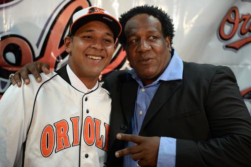 Fabián junto a su nuevo entrenador, un preparador de los Orioles (Foto: Esteban Biba/Soy502)