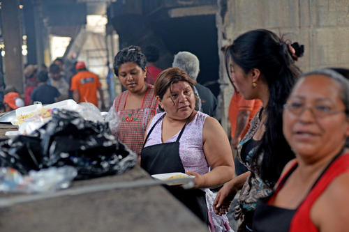 Muchos de los comerciantes del mercado La Terminal se han organizado para brindar alimentos a todas las personas que trabajan en la labor de sacar escombros. (Foto: Esteban Biba/Soy502)
