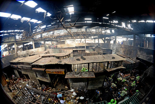 Así se lleva a cabo la labor de sacar los escombros del mercado de La Terminal. (Foto: Esteban Biba/Soy502)