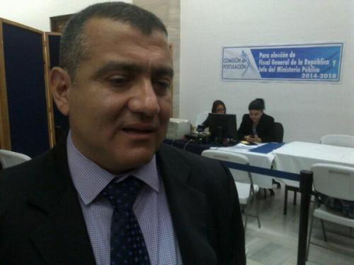 El ex fiscal Jorge Luis Donato fue el primero en entregar la papelería requerida por la Postuladora. (Foto:cortesía)