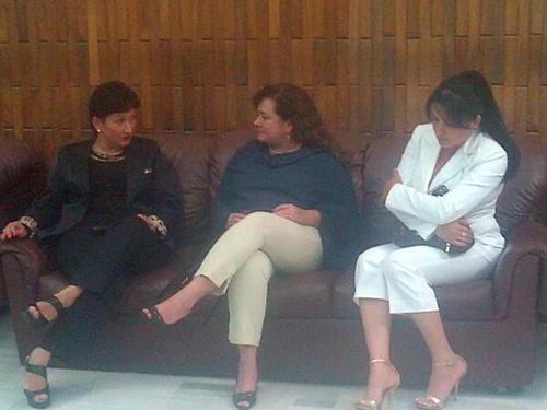 En la imagen aparece Thelma Aldana y la Fiscal General al salir de la primera ronda de evaluación en las pruebas psicométricas, con ella la fiscal Contra la Corrupción Aura Marina López. (Foto:Archivo/Soy502)